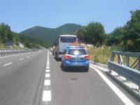 Bus di turisti si blocca lungo l'A2 a Lauria. Polizia Stradale in aiuto ad anziani preda dell'afa
