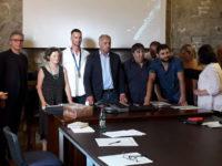 Sasso di Castalda rende omaggio al campione di nuoto Domenico Acerenza. L'Amministrazione dona una targa