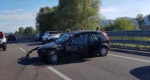 Auto perde il controllo e va a sbattere lungo l'A2 tra Sala Consilina e Padula. Due persone ferite