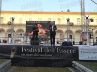 Nella cornice della Certosa di Padula Vittorio Sgarbi stupisce il pubblico del Festival dell'Essere