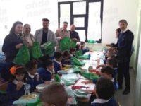 """A Sassano arriva il kit per la mensa """"Plastic Free"""" e gli amministratori siedono a tavola con gli alunni"""