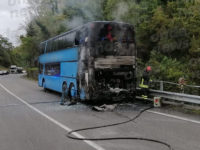 """Autobus in fiamme sulla """"Cilentana"""" tra Roccagloriosa e Poderia. Traffico in tilt"""