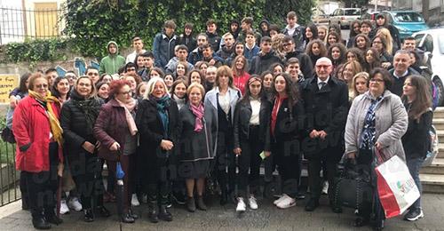 """Sala Consilina: gli studenti del """"Cicerone"""" ricordano le 26 migranti morte in mare con il Prefetto Mario Morcone - ondanews"""