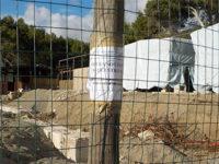 Blocchi di cemento sulla spiaggia della Cala del Cefalo a Camerota. Scatta il sequestro dell'area