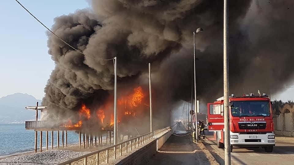Fiamme Sul Litorale Di Pontecagnano Un Incendio Distrugge