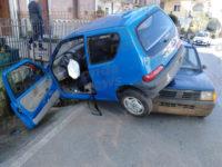 Incidente stradale in pieno centro a Licusati. Due auto si scontrano e finiscono una sull'altra