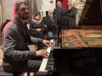 """La storia di Ivan Dalia, il pianista cieco di """"Italia's got Talent"""" che spiazza tutti con l'autoironia"""