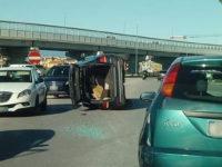 Incidente stradale a Battipaglia. Auto si ribalta su un lato