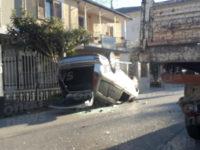 Rocambolesco incidente stradale a Sant'Arsenio. Auto si ribalta, ferito il conducente