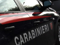 Paura a Sacco. 60enne danneggia con una catena tre auto in una rivendita e aggredisce un carabiniere