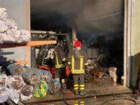 Capannone di un'azienda in fiamme ad Atena Lucana. Non si esclude la matrice dolosa