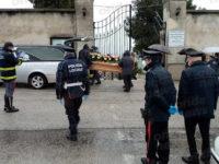 A Teggiano l'ultimo saluto a Luigi Morello. Vigili del Fuoco e Polizia accompagnano il feretro al cimitero