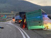 Camion ribalta il rimorchio allo svincolo dell'A2 di Atena Lucana e disperde il carico in strada