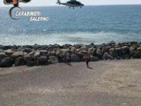 In spiaggia a Salerno nonostante le restrizioni anti-Covid-19. Allontanati da un elicottero dei Carabinieri