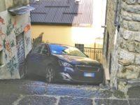 Paura a Potenza. Auto precipita lungo una scalinata in Via Largo Rosica
