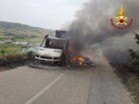 Attimi di paura ad Acerenza. Autocarro in fiamme, i Vigili del Fuoco evitano il peggio