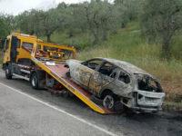 Attimi di paura ad Auletta. Auto a fuoco per strada, i Vigili del Fuoco evitano il peggio