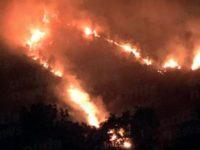 Vasto incendio boschivo minaccia la vegetazione sulle montagne di San Rufo