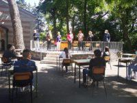 A Ruoti gli alunni della Terza Media tornano tra i banchi nella Villa Comunale per salutare l'anno scolastico