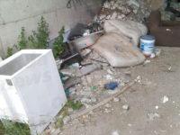 Cavalcavia trasformato in discarica a Sala Consilina. La denuncia dei lettori