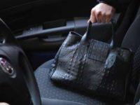 Va a far visita ai cari defunti al cimitero di Savoia di Lucania e i ladri le rubano la borsa dall'auto