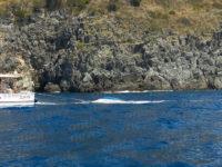 Paura nelle acque del Cilento. Barca con 8 persone a bordo si capovolge, un'altra prende fuoco