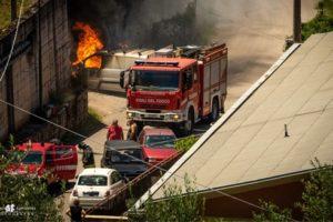 Furgone in fiamme in via San Biagio a Teggiano. I Vigili del Fuoco domano il rogo