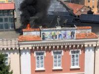 Paura a Vallo della Lucania. In fiamme il tetto del Palazzo Vescovile, intervengono i Vigili del Fuoco