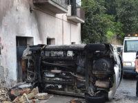 Auto finisce contro un contatore del gas a Salerno e scoppia un incendio. Salva una donna