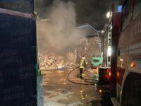 Rifiuti in fiamme all'interno di un deposito nella zona industriale di Polla. Vigili del Fuoco in azione