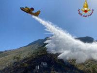 Brucia la vegetazione di contrada Citrosella a Maratea. Vigili del Fuoco in azione