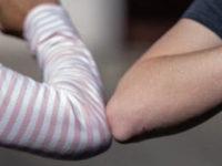 """Prevenzione del contagio da Covid-19. L'Oms:""""No al saluto con il gomito, non è sicuro"""""""