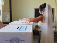 Sassano: convola a nozze e va a votare in abito da sposa accompagnata dal marito