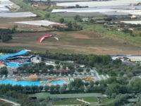 Vola a bassa quota sulla spiaggia col parapendio e mette in pericolo i bagnanti a Pontecagnano. Denunciato