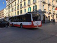 Terrore sul bus a Salerno. Ragazzo in motorino si affianca al mezzo, spara in aria e fugge via. Si indaga