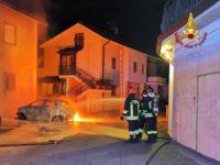 Paura nella notte a Pignola. Auto a GPL in fiamme, intervengono i Vigili del Fuoco