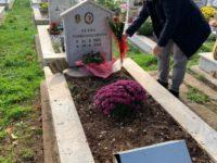 Polla: il sindaco Loviso pone simbolico fiore sulla tomba di Olena, vittima di un brutale femminicidio nel 2013