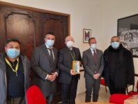 Coldiretti Salerno e Confartigianato consegnano a Monsignor Bellandi la statuina del Presepe dell'infermiera anti Covid