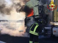 Autocarro in fiamme sull'A2 del Mediterraneo nei pressi di Lagonegro. Intervengono i Vigili del Fuoco