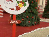 Alberi innevati, campanelle e caramelle giganti. Al supermercato Pick-up di Teggiano si accende il Natale
