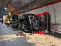 Camion carico di finocchi si ribalta in una galleria lungo l'A2 a Sicignano degli Alburni
