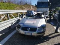 Violento impatto tra auto e camion in A2 tra Petina e Sicignano. Ferito uomo di Lagonegro
