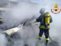 Auto in fiamme sul Raccordo Sicignano-Potenza all'altezza di Picerno. Intervengono i Vigili  del Fuoco