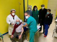 Anziani vaccinati contro il Covid a Caselle in Pittari. Tra loro Nicola De Giacomo di 101 anni