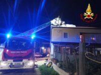 In fiamme tetto di un'abitazione a Picerno. I Vigili del Fuoco evitano il peggio