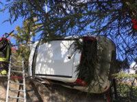 Auto perde il controllo e resta in bilico su un muretto a Picerno. Ferito il conducente