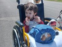 """Il piccolo Kevin è stato operato alla gamba. La mamma:""""Grazie per l'aiuto, ora inizia un lungo percorso"""""""
