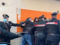 Vittorio Brumotti aggredito durante un servizio a Roma. Con lui il giornalista cilentano Vincenzo Rubano