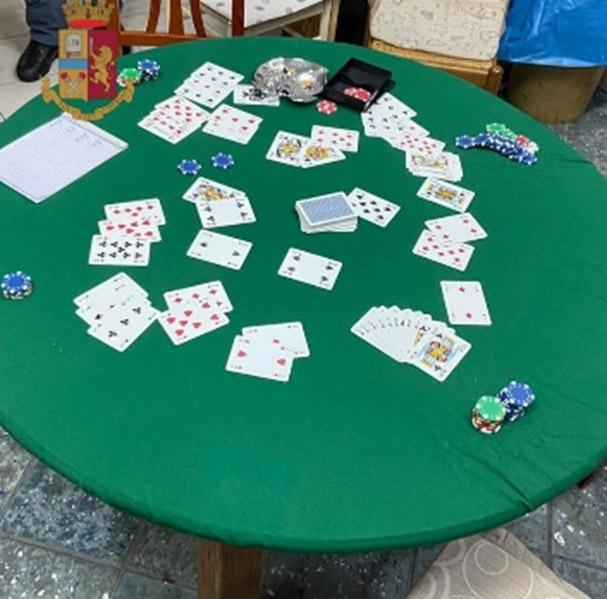 Controlli anti-Covid. Allestisce una bisca per giocare a carte a Salerno, 33enne denunciato