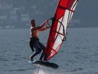 L'impresa di Carmine Navarra di Vietri di Potenza. Traversata del Lago Maggiore su una tavola da windsurf in meno di 5 ore